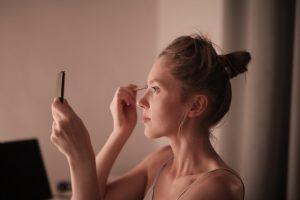 woman-putting-makeup-on-face